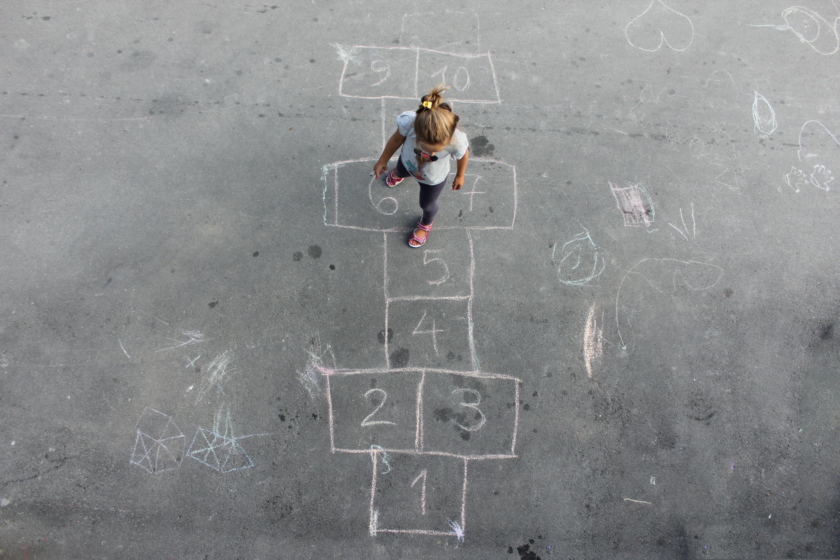 La marelle, un jeu toujours aussi populaire dans la cour d'école