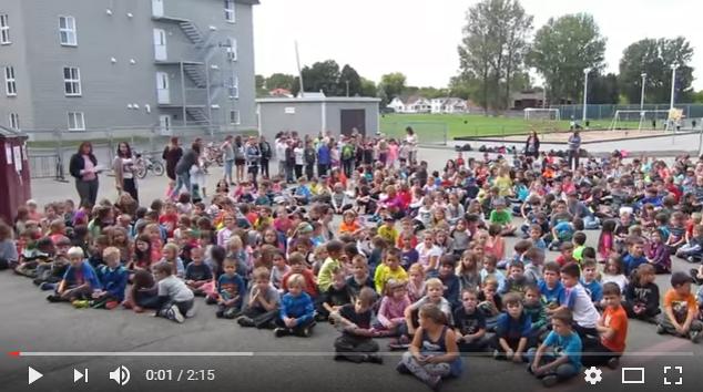 Vidéo des élèves de l'école primaire Daigneau à Napierville qui chantent une chanson du rappeur québécois Koriass : https://youtu.be/LegjbiTYYkg