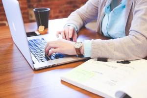Photo SAE - femme au clavier ordinateur