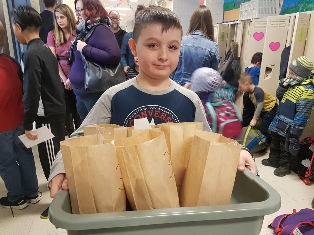 Victor apporte des petits déjeuners dans sa classe!