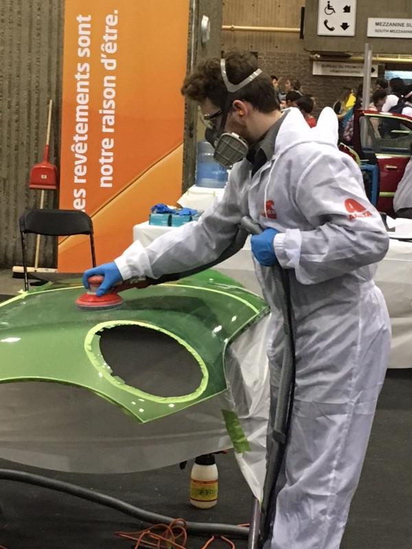 Olympiades FP QC élève en action Peinture auto Émile Gagné 01