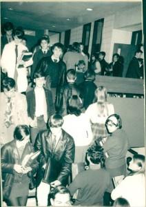 De la Mag_007_1968_Photo_eleves_escaliers